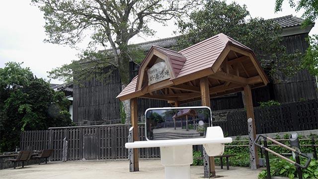 紺野純子&シーボルトの湯のマンホールと記念撮影のスタンド