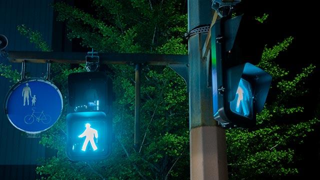 駅南口南交差点の歩行者用信号機