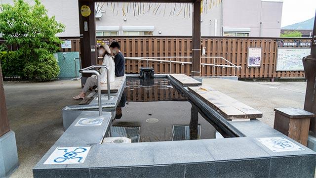 湯宿広場の足湯