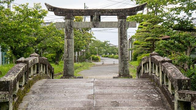 蓮池神社の鳥居と橋