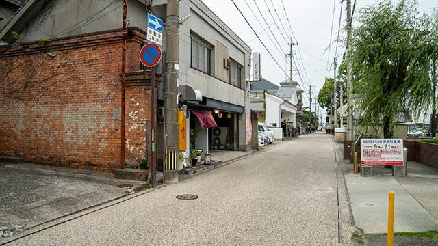 赤レンガの壁と長崎街道