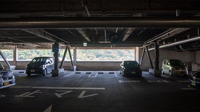 イオン唐津の2階内駐車場
