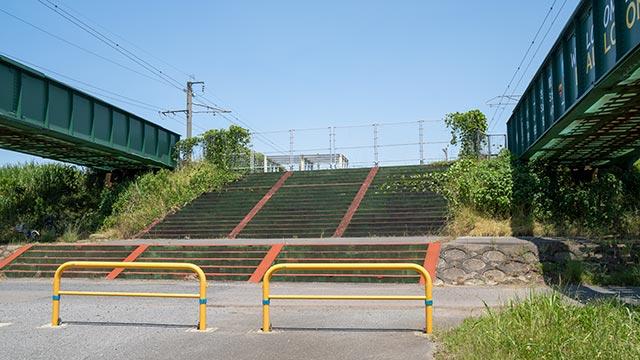 バルーンさが駅の階段