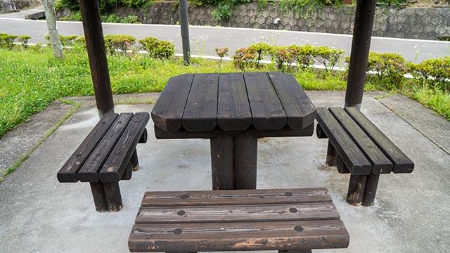 町切水車の東屋の椅子とテーブル