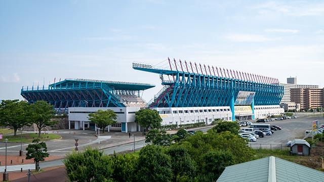 駅前不動産スタジアムを虹の橋の上から
