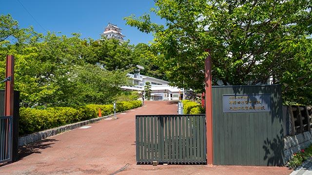 早稲田佐賀中学校・高等学校の正門