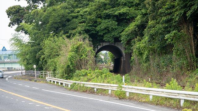 久保バス停横のトンネル
