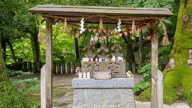 仁比山神社の猿の像