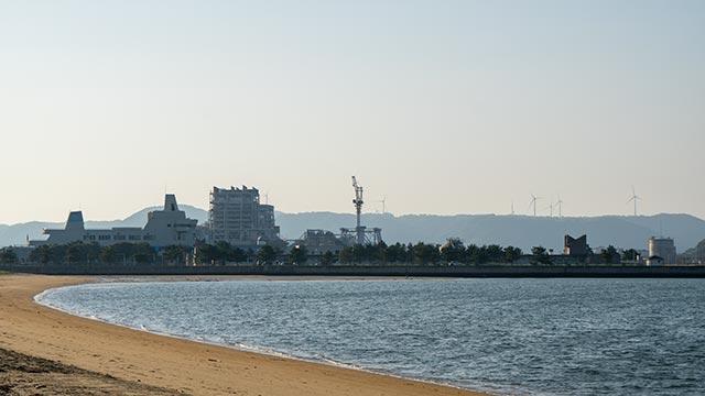 西ノ浜海水浴場と唐津発電所