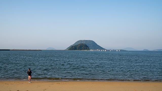 西ノ浜海水浴場と高島