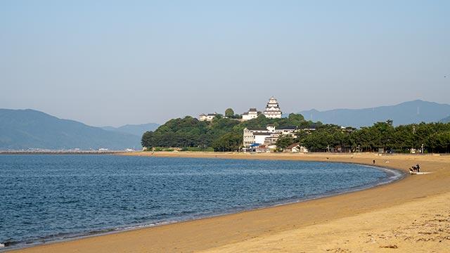 西ノ浜海水浴場と唐津城