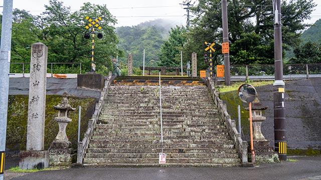 陶山神社の参道と踏切