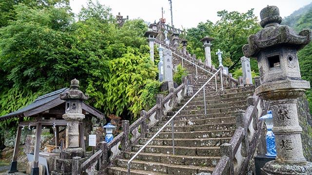 陶山神社の本殿への階段