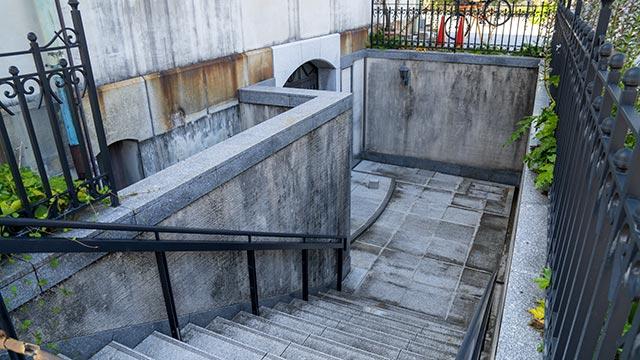 旧唐津銀行の地下入口