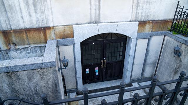 旧唐津銀行の地下入口の扉