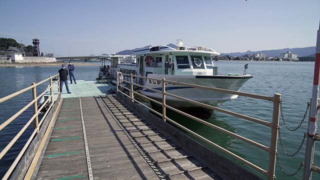 高島へ行く船